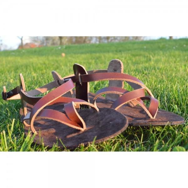 Kožený opasok s kovovým zakončením, razeným vzorom a ozdobnou sponou, šírka 4 cm